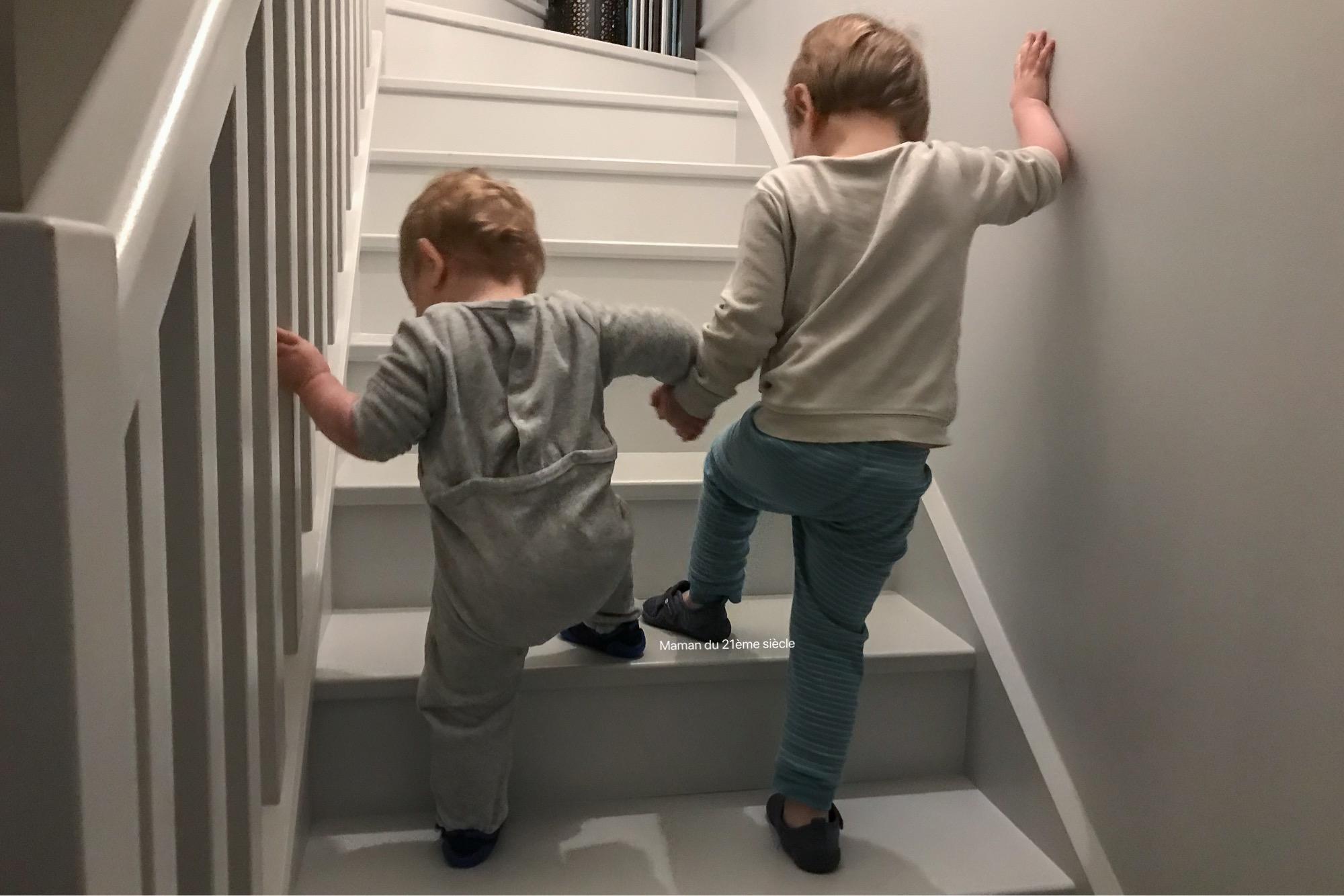 aider-son-frere-dans-les-escaliers