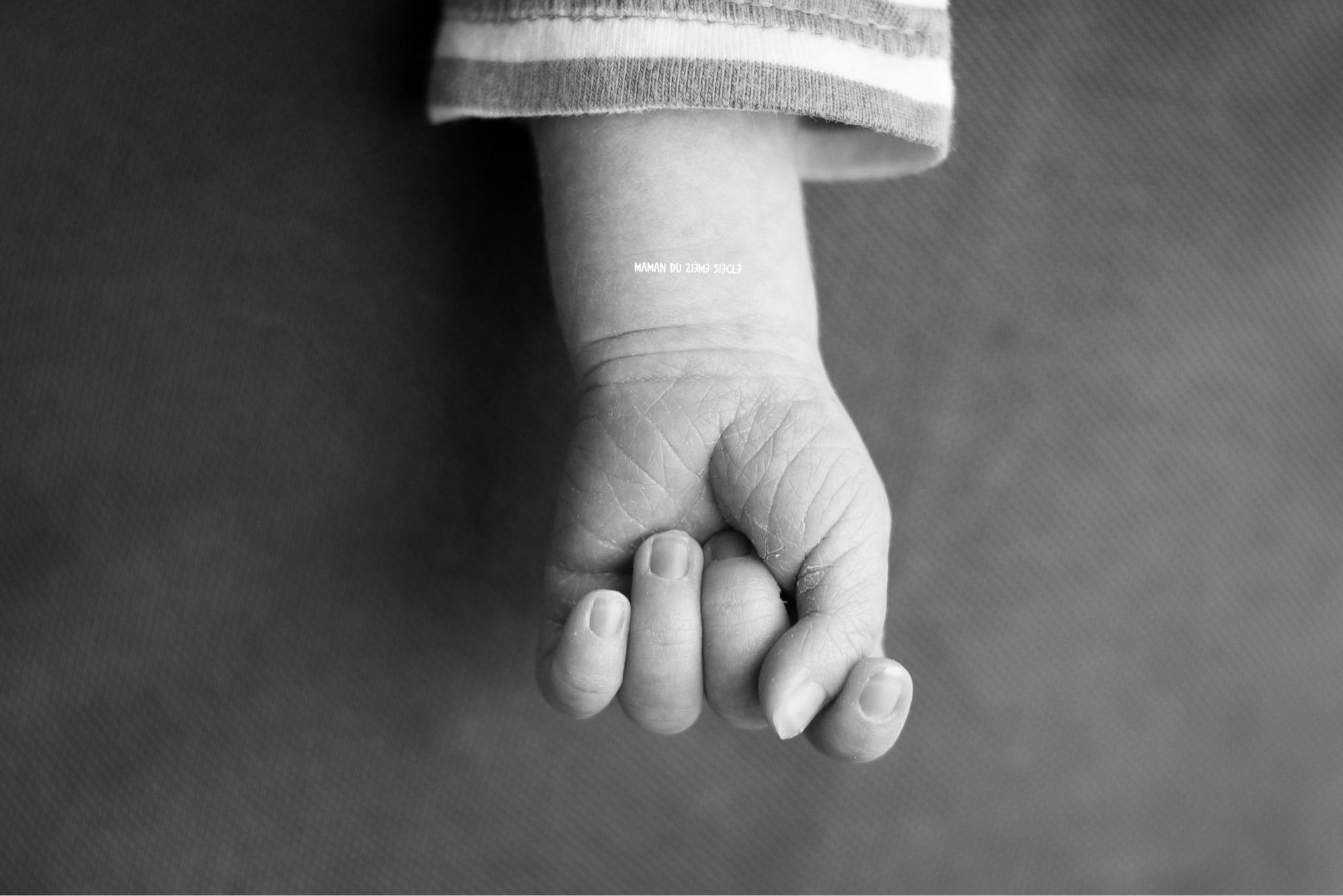 main-bébé